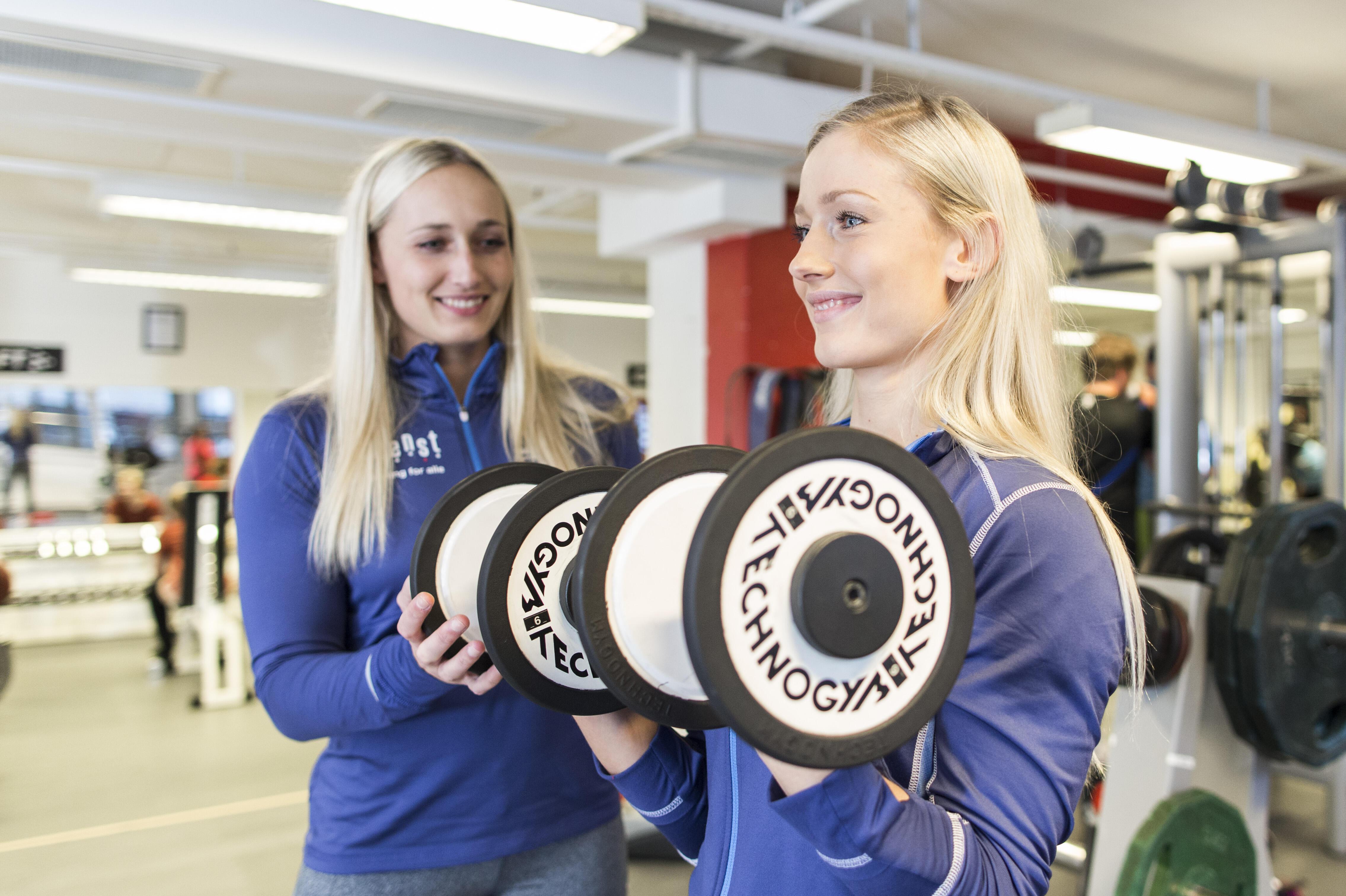 bilde av to jenter som trener